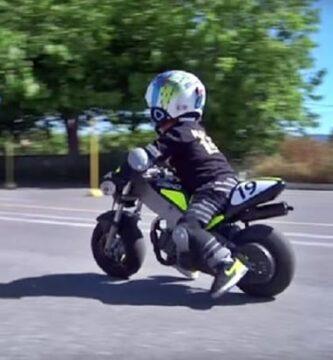 Niño De 1 Año Conduciendo Una Moto