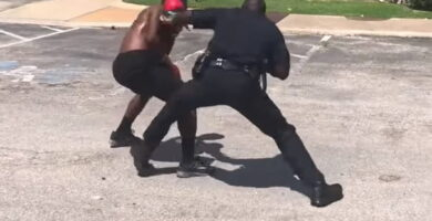 Policía Se Pelea Con Chico En La Calle Con Guantes De Boxeo