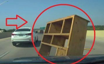 Mueble Intenta Cruzar La Autopista