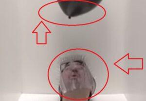 explotando globos con su cara.