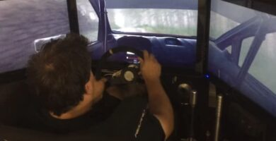 piloto jugando a juego de rally de carreras
